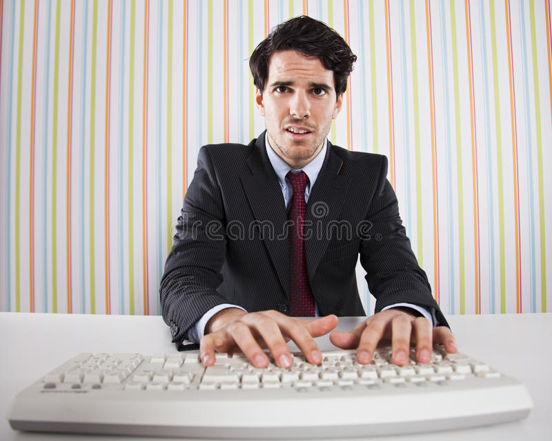 компьютер бизнесмена его используя стоковое изображение
