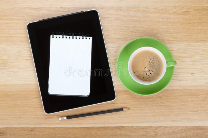 Компьютер, блокнот, карандаш и чашка кофе таблетки экрана касания стоковое изображение rf