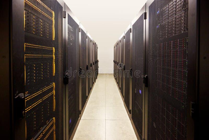 компьютер ведьмы комнаты сервера установленный шкафом стоковая фотография