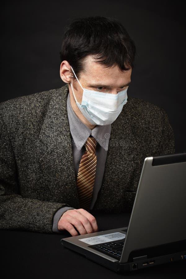 компьютер диагностирует маску человека медицинскую стоковое фото rf