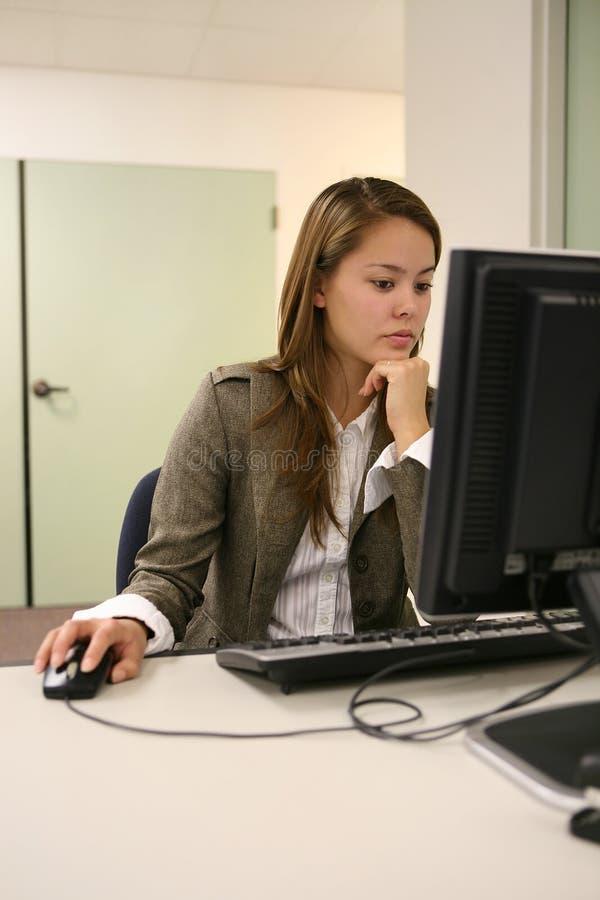 компьютер довольно используя женщину стоковое изображение rf