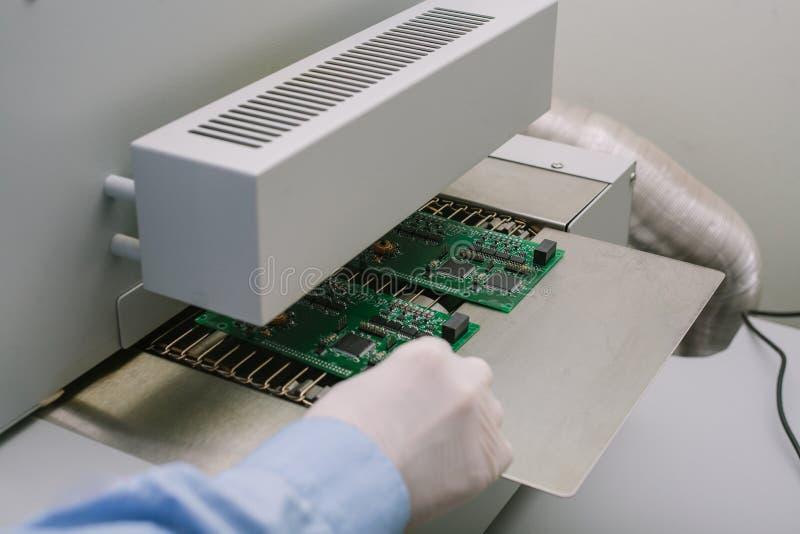Компьютер доски профессионального техника компьютерного эксперта рассматривая в лаборатории в фабрике поддержка техническая стоковые изображения