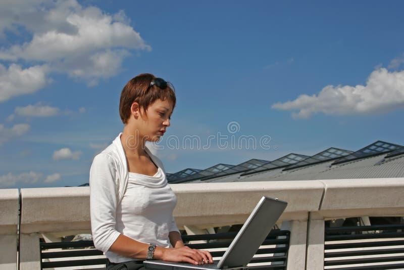 компьютер ее женщина стоковая фотография rf