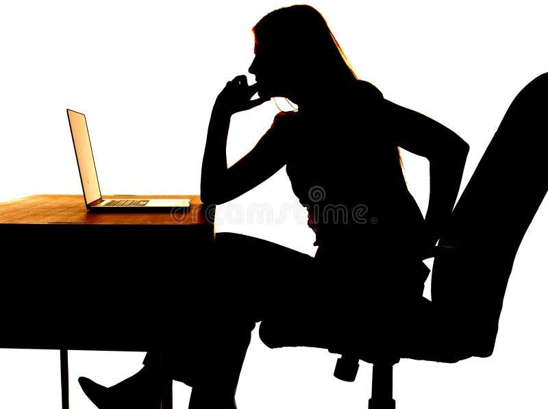 Компьютер женщины силуэта думая стоковое фото rf