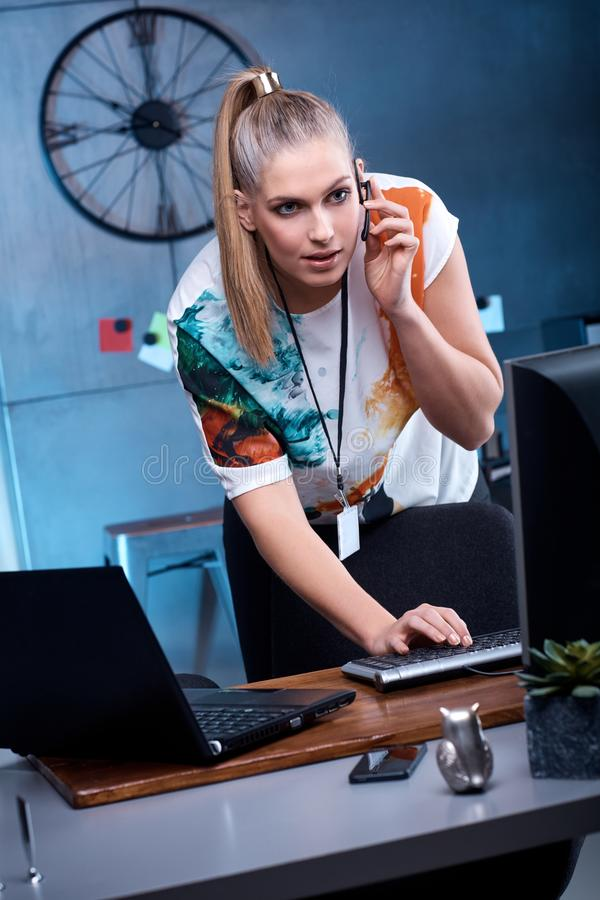 компьютер используя детенышей женщины стоковые изображения rf