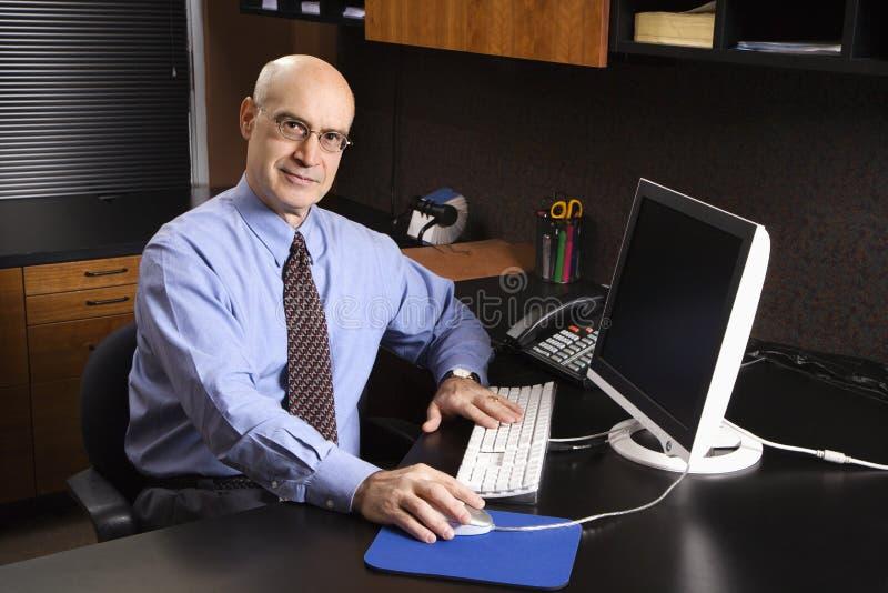 компьютер кавказца бизнесмена стоковая фотография rf
