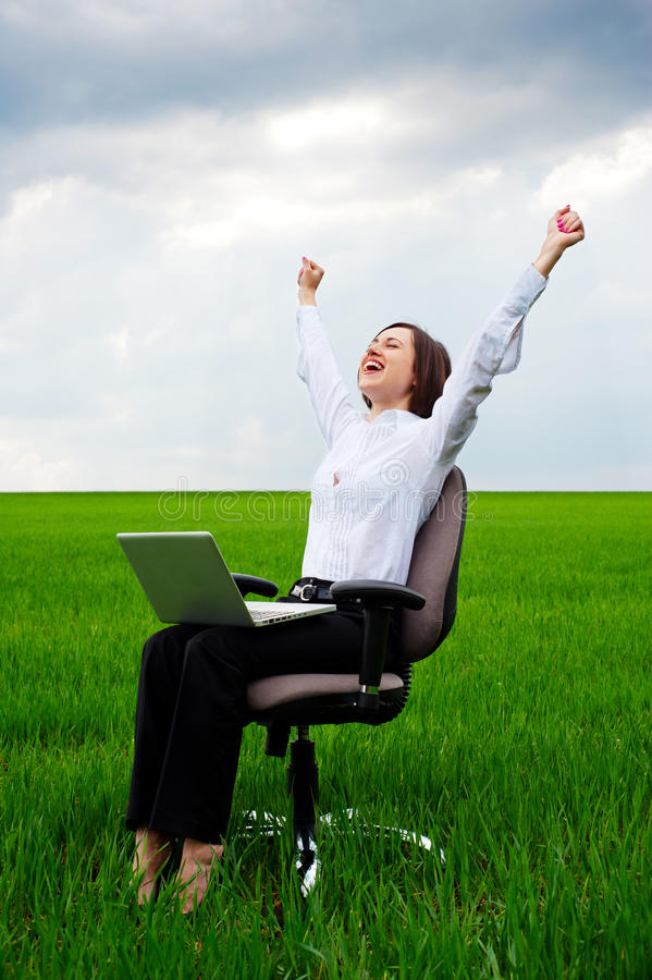 компьютер коммерсантки счастливый стоковые изображения rf