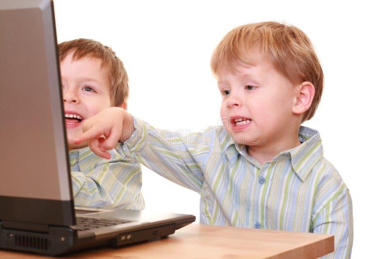 компьютер мальчиков стоковое изображение