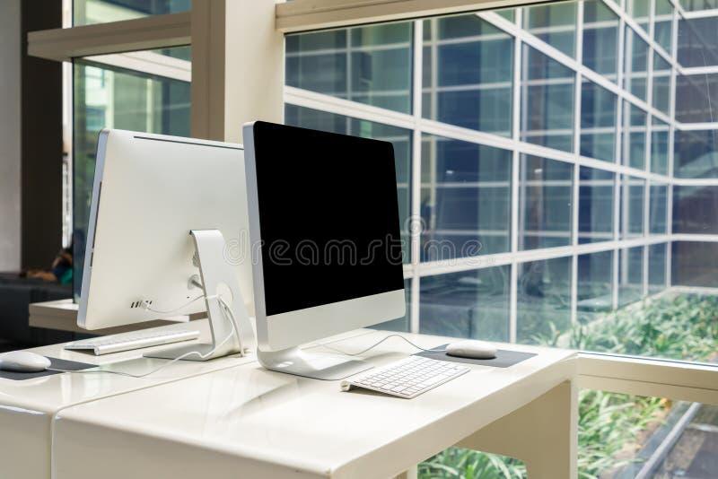 Компьютер на таблице в офисе, месте для работы стоковое изображение rf