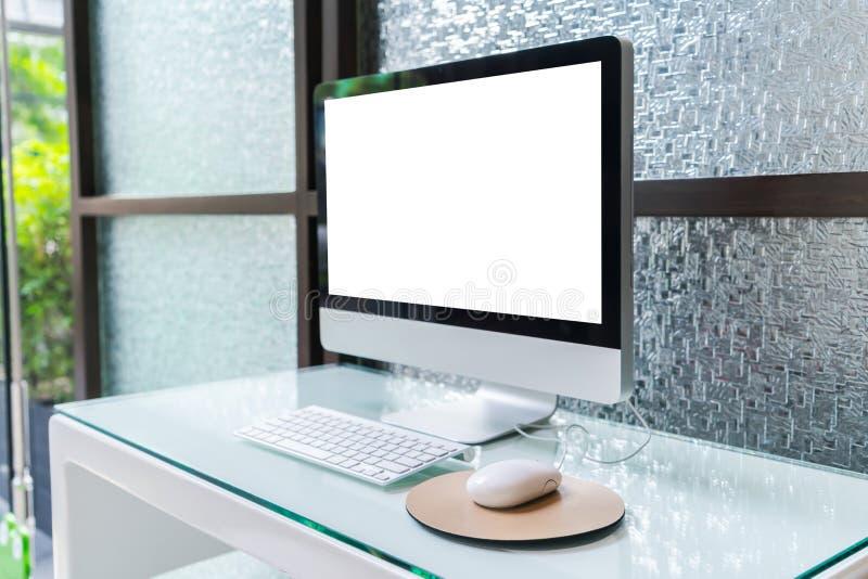 Компьютер на таблице в офисе, месте для работы стоковые фотографии rf