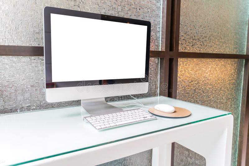 Компьютер на таблице в офисе, месте для работы стоковое фото rf