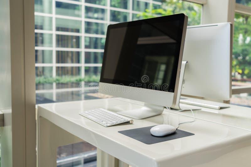 Компьютер на таблице в офисе, месте для работы стоковые изображения rf