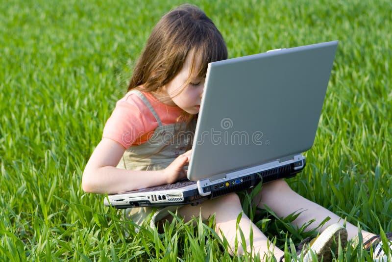 компьютер ребенка внутрь стоковое изображение rf