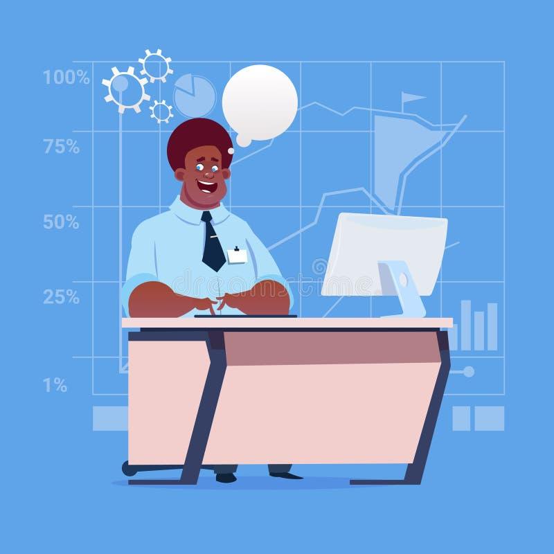 Компьютер стола Афро-американского бизнесмена сидя работая с пузырем болтовни бесплатная иллюстрация