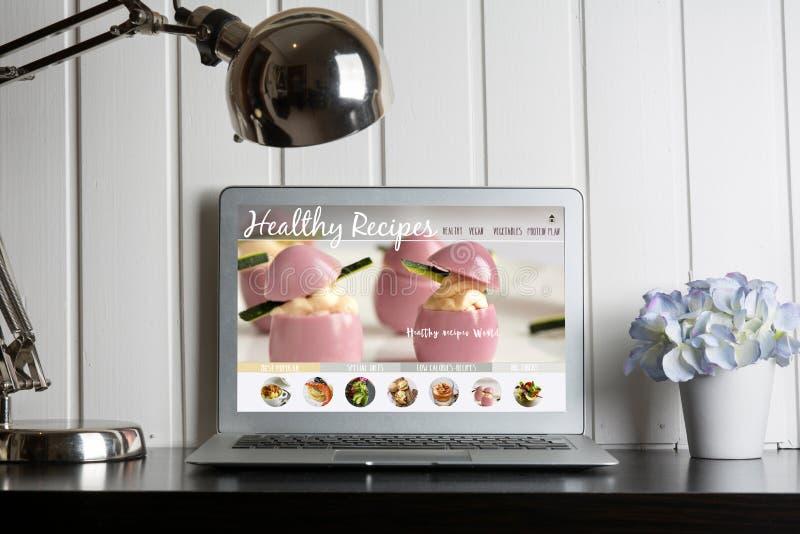Компьютер, с здоровым блогом рецептов на экране сеть с nutritio стоковые изображения rf