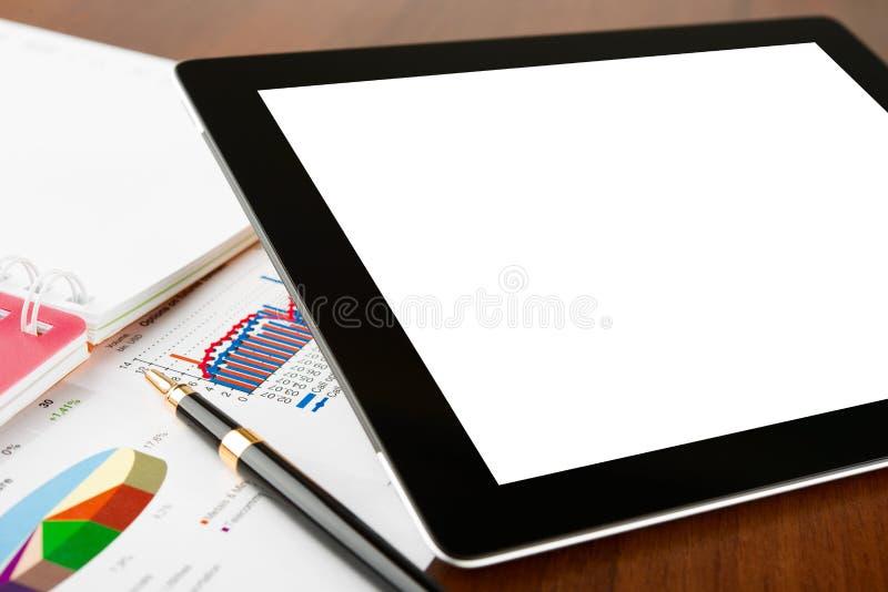 Компьютер таблетки на рабочем месте бизнесмена стоковые фотографии rf