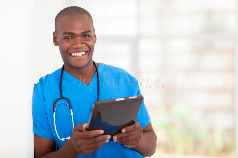 Компьютер таблетки работника медицинского соревнования стоковое фото rf