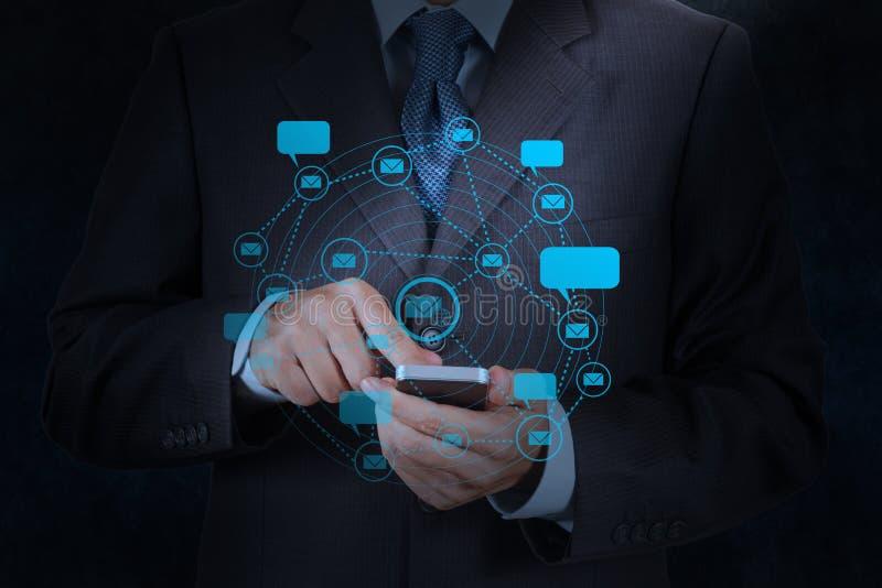 Компьютер телефона пользы руки бизнесмена умный с значком электронной почты стоковые изображения