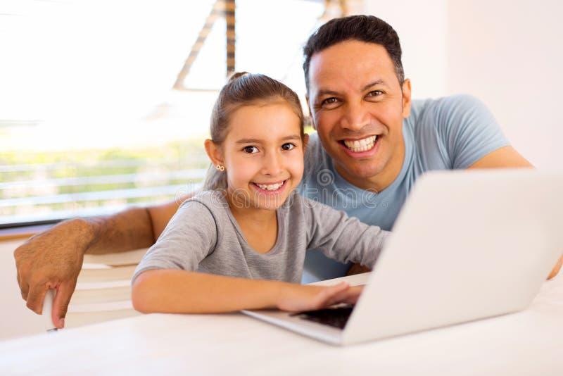 Компьютер aptop дочери отца стоковые фото