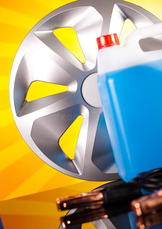 Комплект автозапчастей, автомобильный аккумулятор на яркой концепции moto стоковая фотография rf