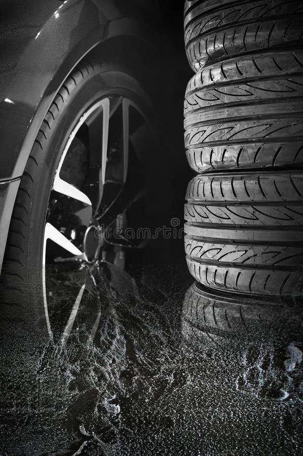 Комплект автошин автомобиля с колесами сплава стоковое изображение rf