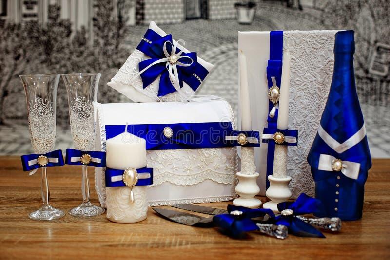 Комплект аксессуаров свадьбы, украшенный в покрашенных лентах и ювелирных изделиях стоковые изображения rf