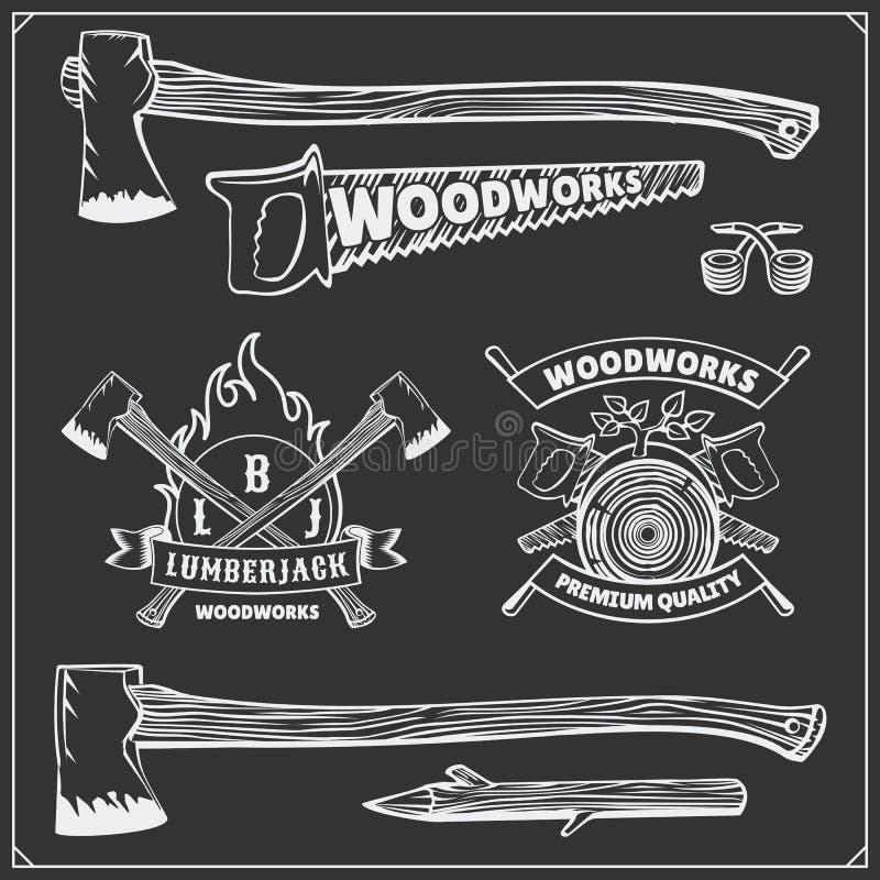 Комплект вектора винтажных логотипов Lumberjack, ярлыков, эмблем и элементов дизайна Оси и пилы иллюстрация штока
