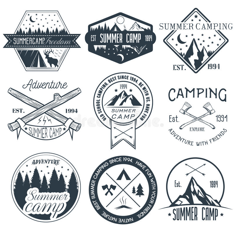 Комплект вектора располагаясь лагерем ярлыков в винтажном стиле Иллюстрация концепции приключения летнего лагеря внешняя иллюстрация вектора