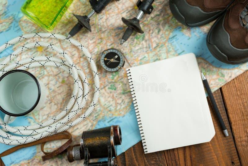 Комплект вещей для пешего туризма в горах стоковые изображения