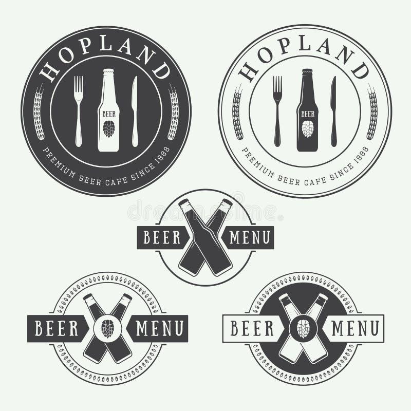 Комплект винтажных логотипов пива и паба, ярлыки и эмблемы с бутылками, хмелями, и пшеницей иллюстрация штока
