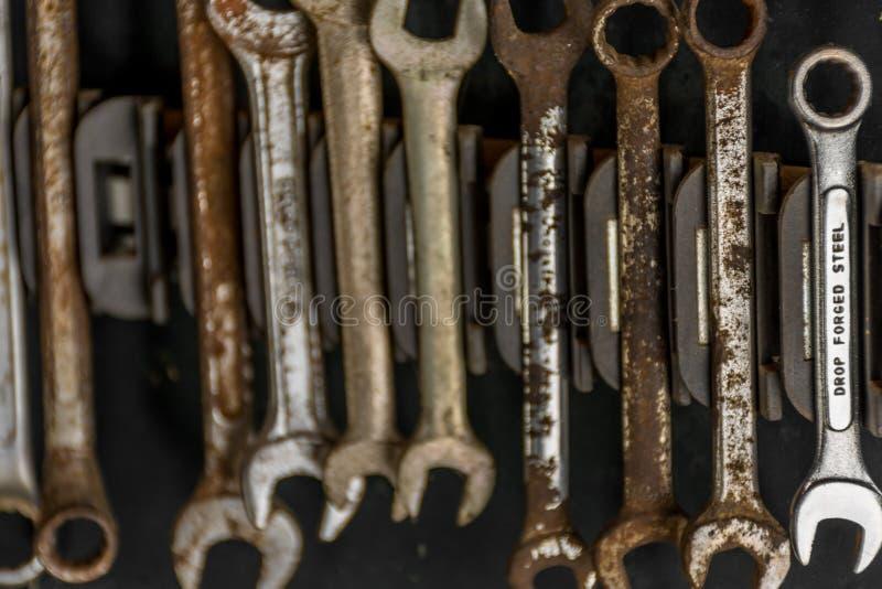 Комплект гаечных ключей и ключей совсем ржавых за исключением стальное одного стоковые изображения