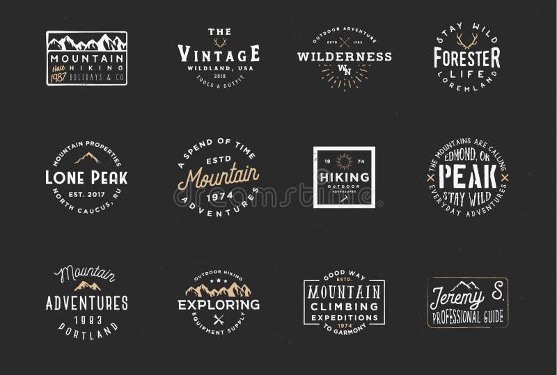 Комплект значков экспедиции горы, ярлыков приключения Винтажный ретро дизайн оформления иллюстрация штока