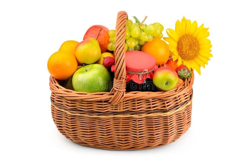 комплект здоровых продуктов питания в плетеной корзине стоковое фото rf