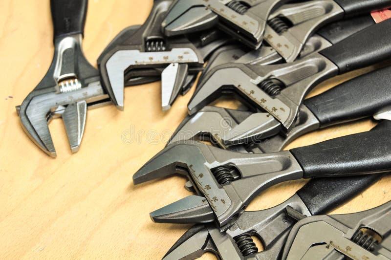 Комплект инструментов в винтажном стиле изображения комплект ручных резцов на деревянной предпосылке, инструментах ключа или ключ стоковая фотография rf