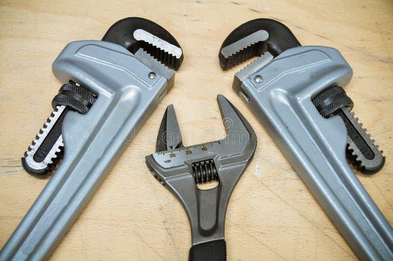 Комплект инструментов в винтажном стиле изображения комплект ручных резцов на деревянной предпосылке, инструментах ключа или ключ стоковые фотографии rf