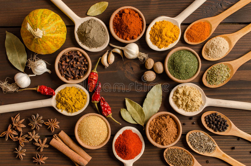 Комплект индийских специй на деревянном столе - взгляд сверху стоковые изображения rf