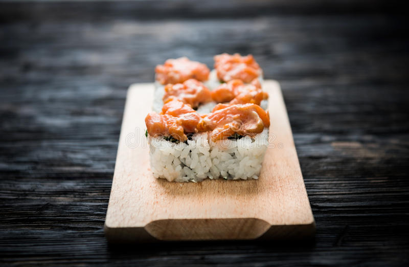 Комплект кренов суш с salmon отбензиниванием на деревянной доске стоковые фото