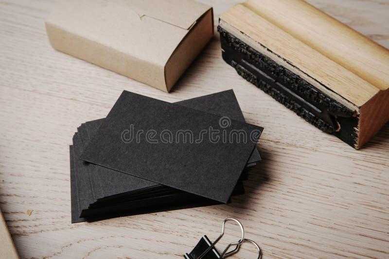 Комплект клеймя элементов офиса на деревянном стоковое фото