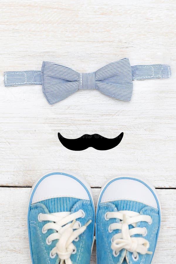 Комплект маленького джентльмена Тапки, усик, бабочка вертикально стоковая фотография