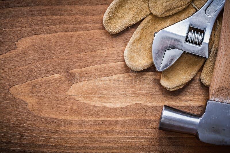 Комплект молотка с раздвоенным хвостом защитных перчаток кожи разводного гаечного ключа стоковое фото rf