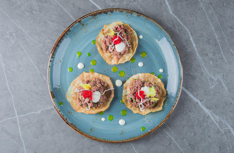 Комплект очень вкусных и нежных tartlets с tartare стоковое изображение rf