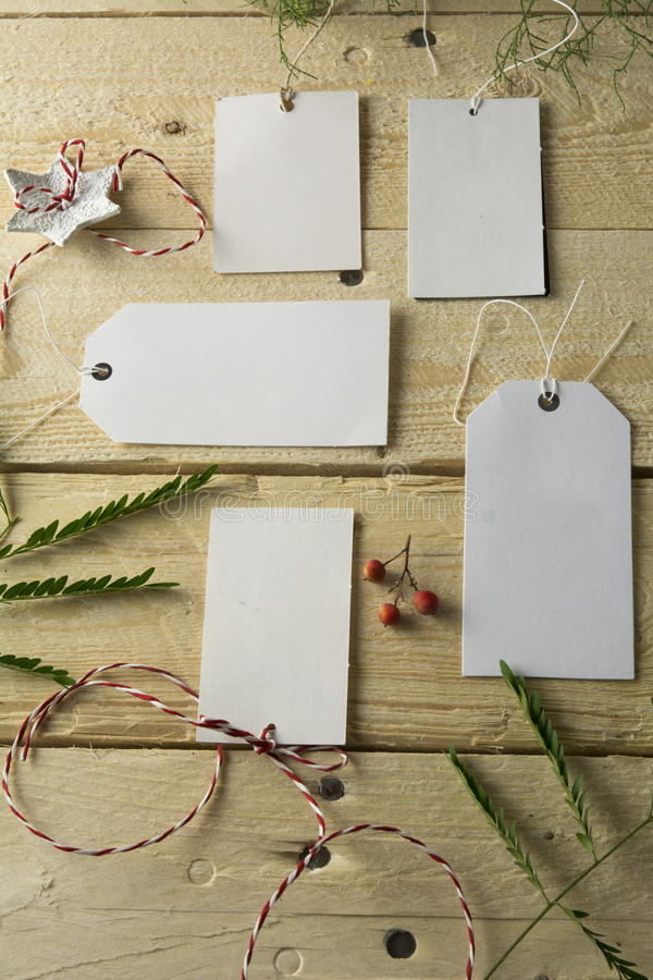 Комплект пустых бумажных ценников, деревянная предпосылка стоковое изображение rf