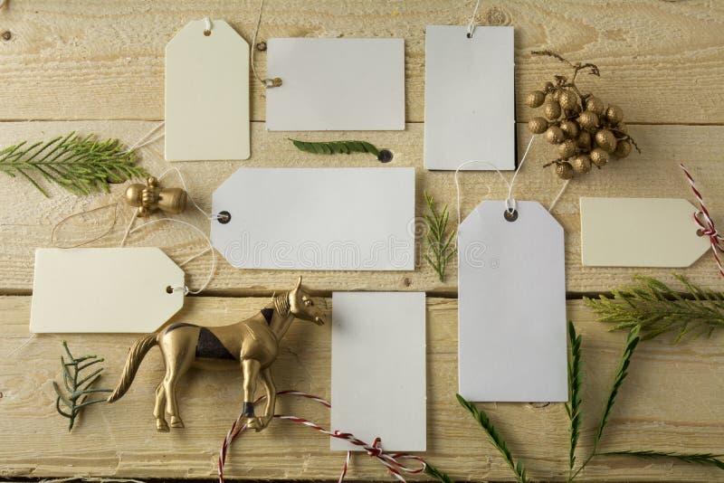 Комплект пустых бумажных ценников, деревянная предпосылка стоковые фотографии rf