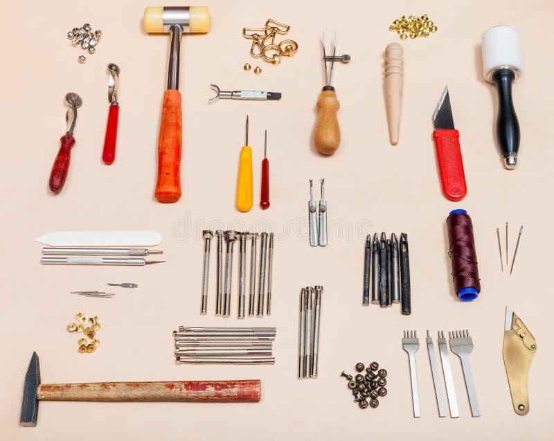 Комплект различных инструментов leathercraft на коже стоковая фотография