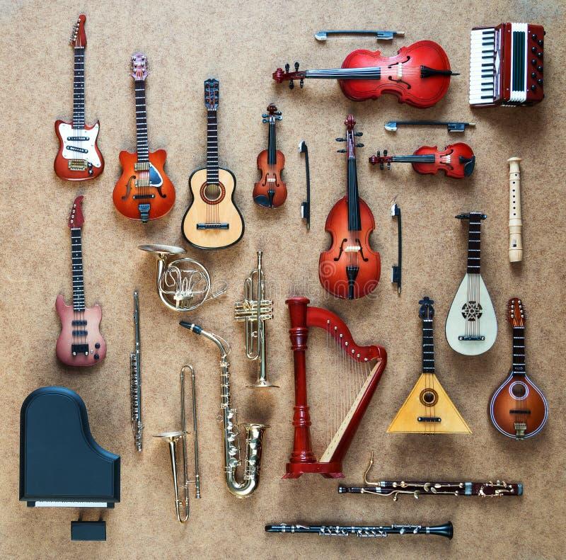 Комплект различных музыкальных инструментов Золотые латунного аппаратуры ветра и оркестра строки музыкальные: саксофон, труба, фр стоковое изображение