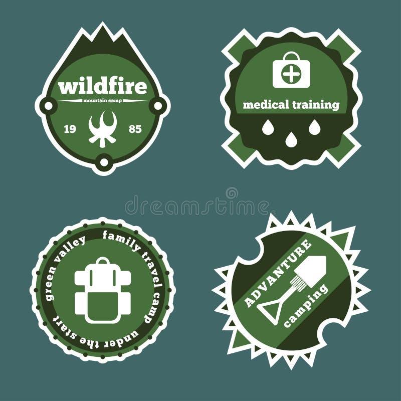Комплект располагаться лагерем и внешние ярлыков значков логотипа стикеров приключения иллюстрация штока