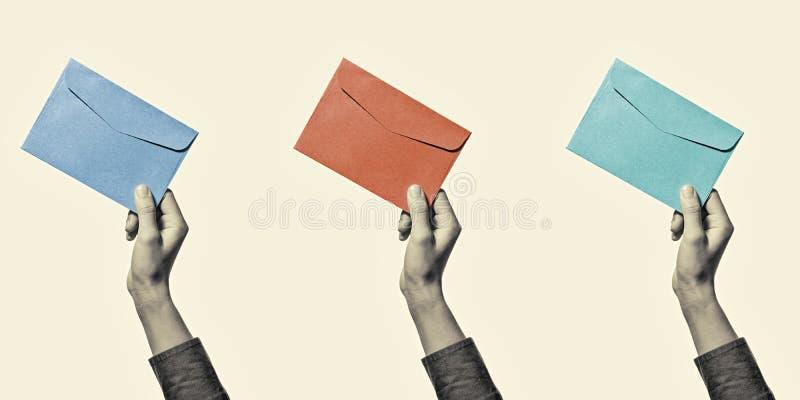 Комплект: рука с конвертом стоковые фото