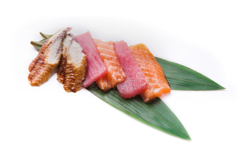 Комплект сасими на бамбуковых лист изолированных на белизне стоковые изображения rf