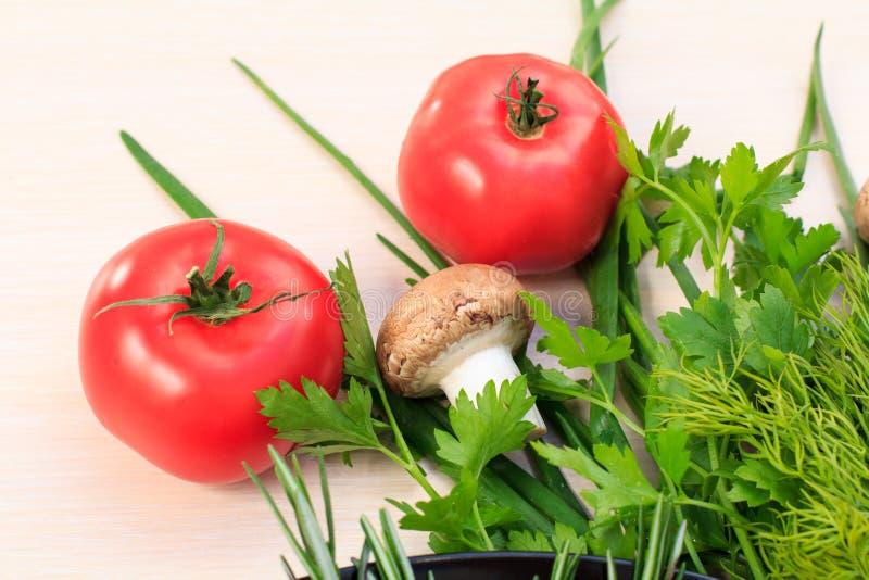 Комплект свежих натуральных продучтов с томатом, грибов, лука, dil стоковое изображение rf