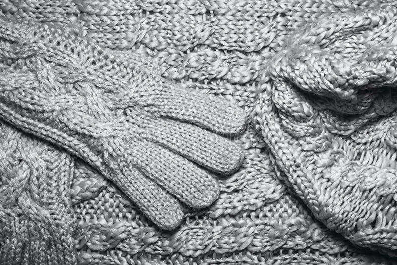 Комплект свитера или шарфа шерстей, шляпа и конец текстуры перчаток вверх стоковые фотографии rf